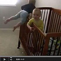 Bebê ninja que pula as grades do berço sem medo